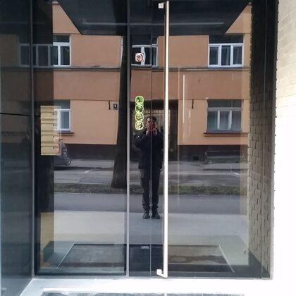 Vidus iela 5 Rīga (stikla durvis)